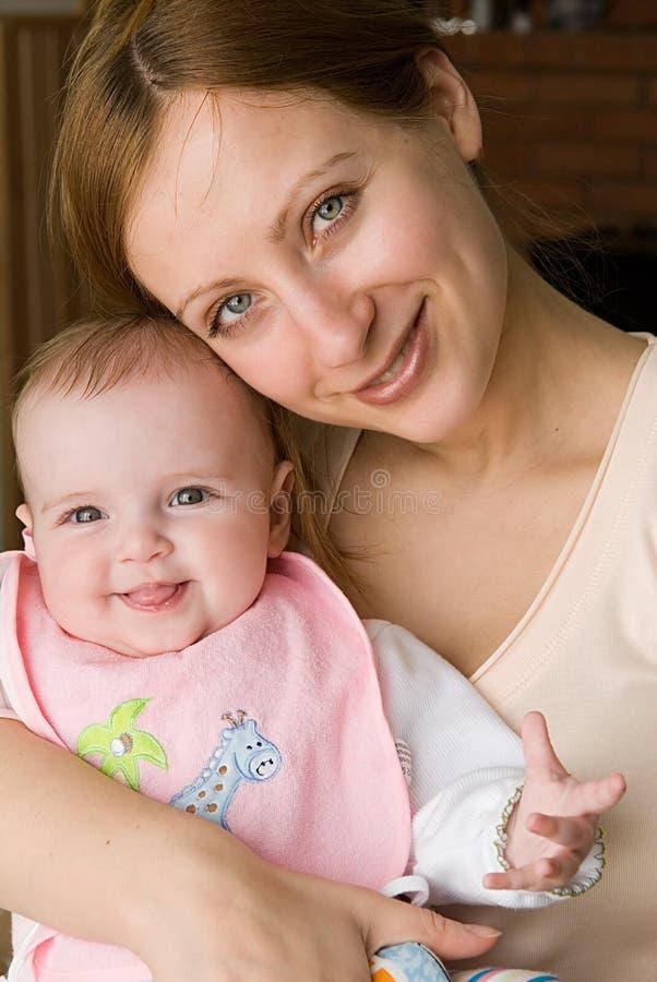 Madre e hija hermosas fotografía de archivo libre de regalías