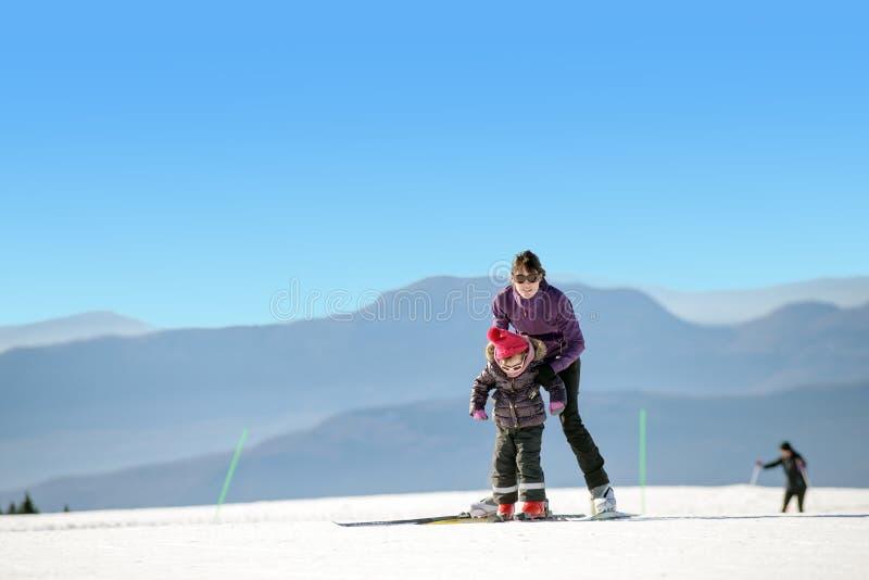 Madre e hija jovenes el vacaciones del esquí imágenes de archivo libres de regalías