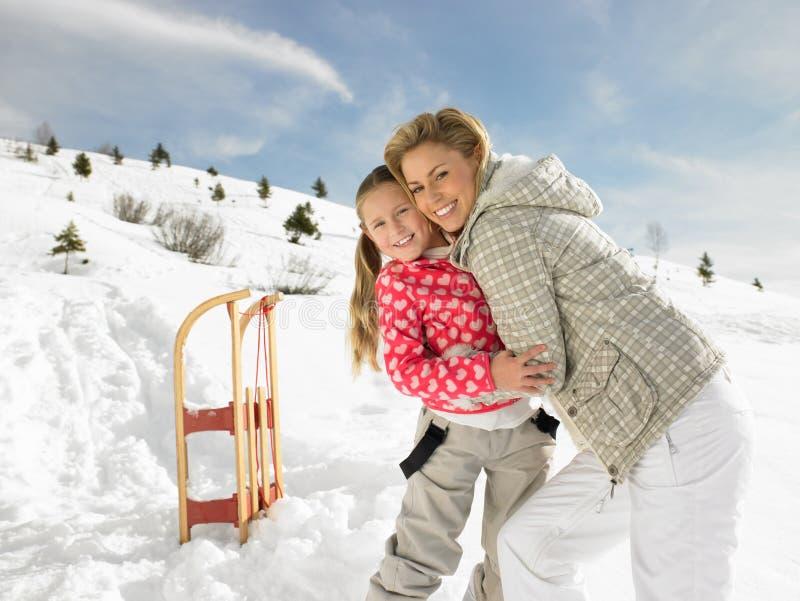 Madre e hija jovenes el vacaciones del invierno fotos de archivo libres de regalías