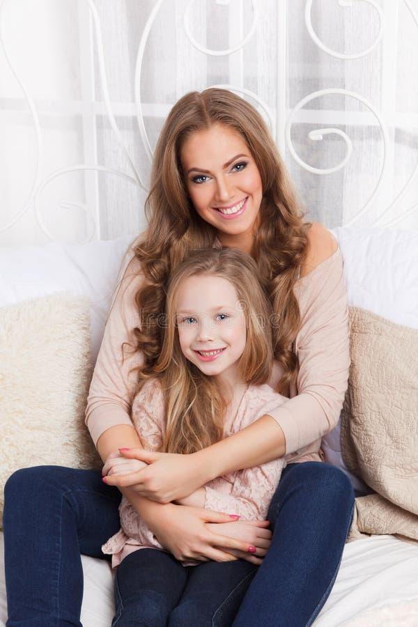Madre e hija jovenes hermosas fotos de archivo libres de regalías