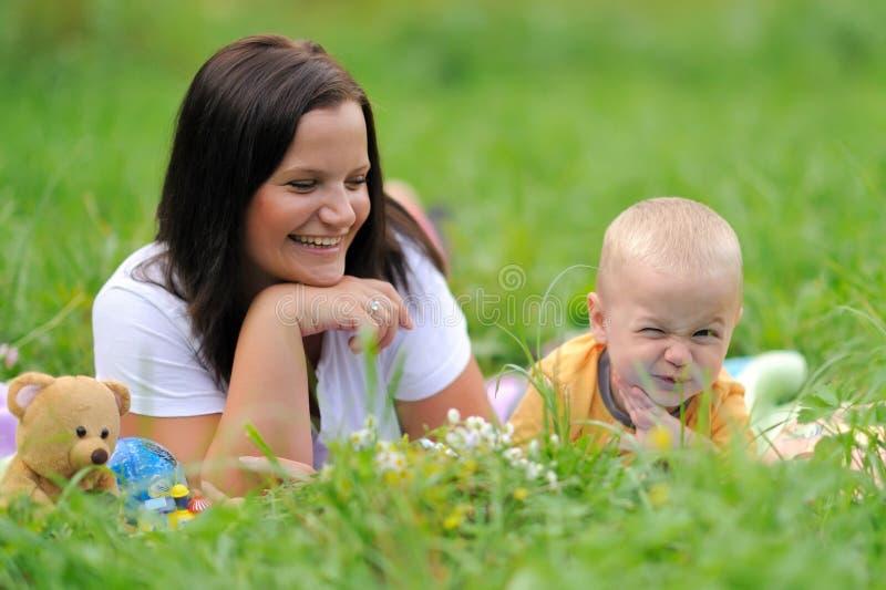 Madre e hija jovenes en el parque fotos de archivo libres de regalías