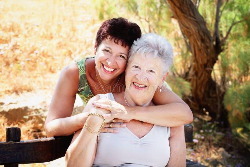 Madre e hija mayores hermosas foto de archivo libre de regalías
