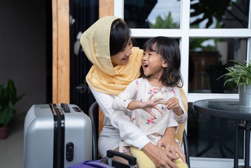 Madre e hija musulmanes con la maleta fotografía de archivo libre de regalías