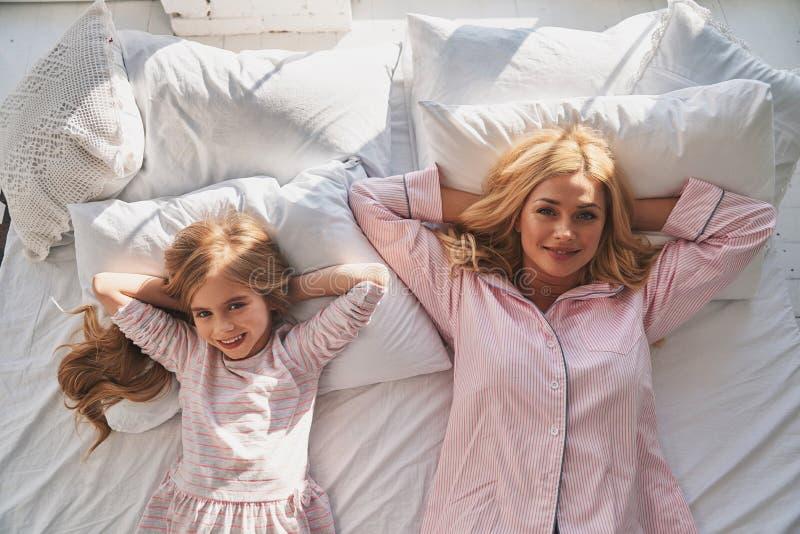 Madre e hija Opinión superior la madre y ella hermosas jovenes foto de archivo libre de regalías