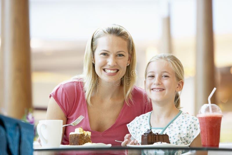 Madre e hija que almuerzan junto en el café fotos de archivo libres de regalías