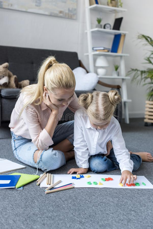 Madre e hija que aprenden matemáticas imagen de archivo libre de regalías