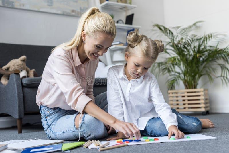 Madre e hija que aprenden números fotografía de archivo libre de regalías
