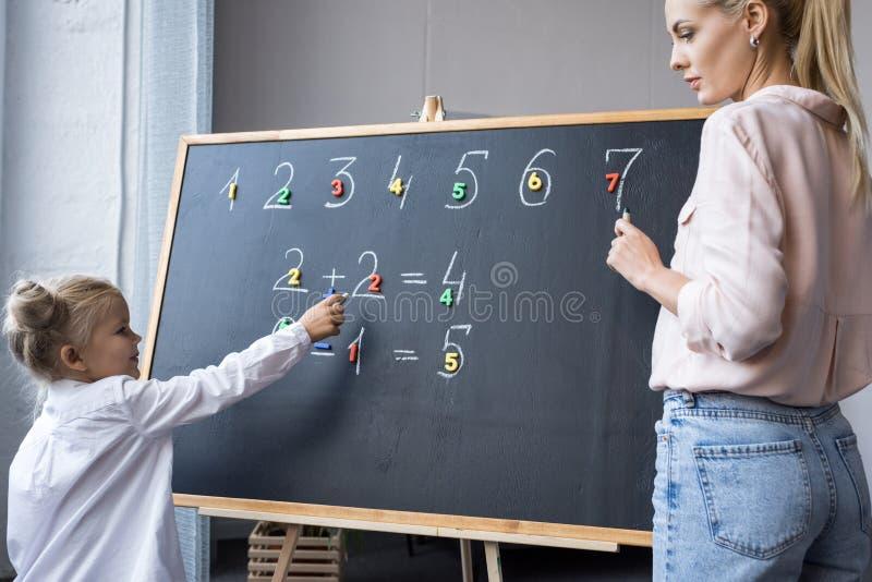 Madre e hija que aprenden números imagenes de archivo