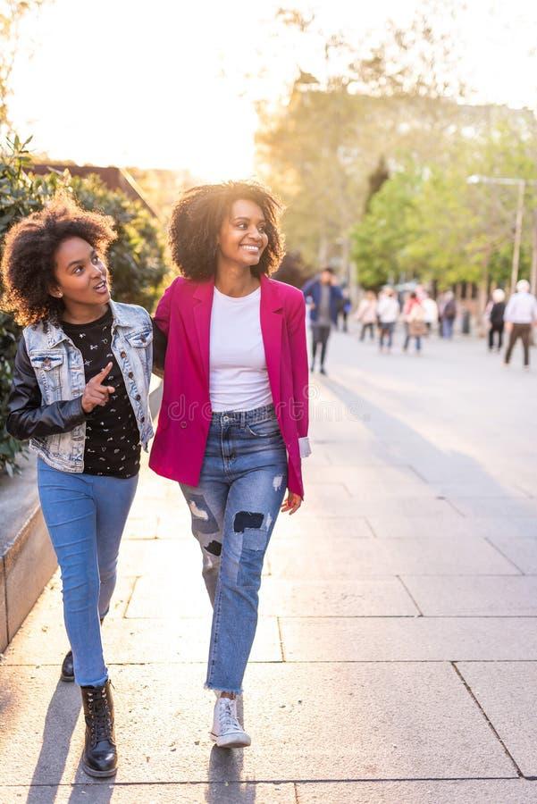 Madre e hija que caminan junto al aire libre imagen de archivo libre de regalías