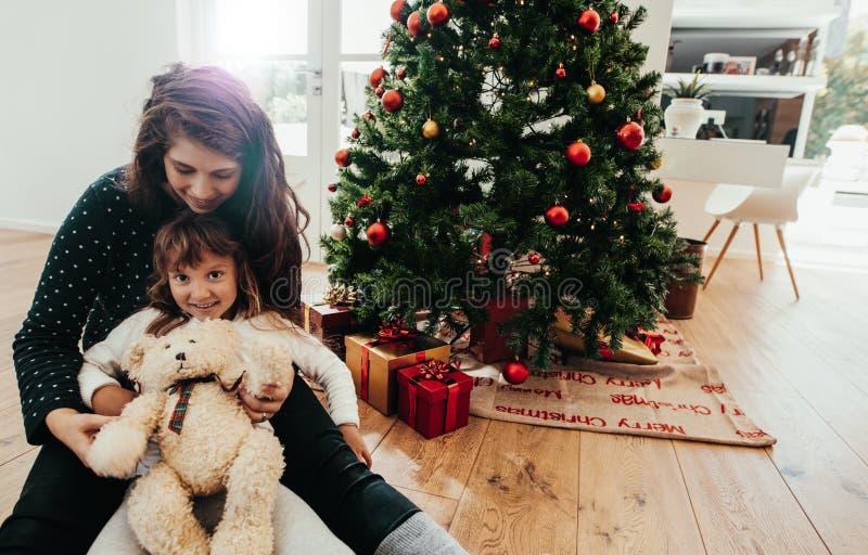 Madre e hija que celebran la Navidad imagen de archivo