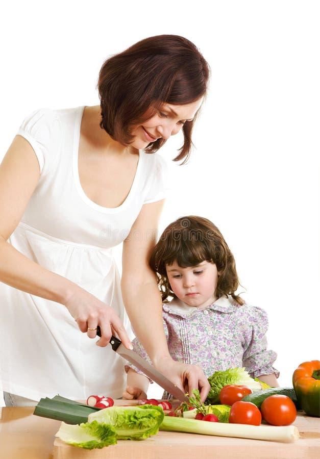 Madre e hija que cocinan en la cocina fotografía de archivo libre de regalías
