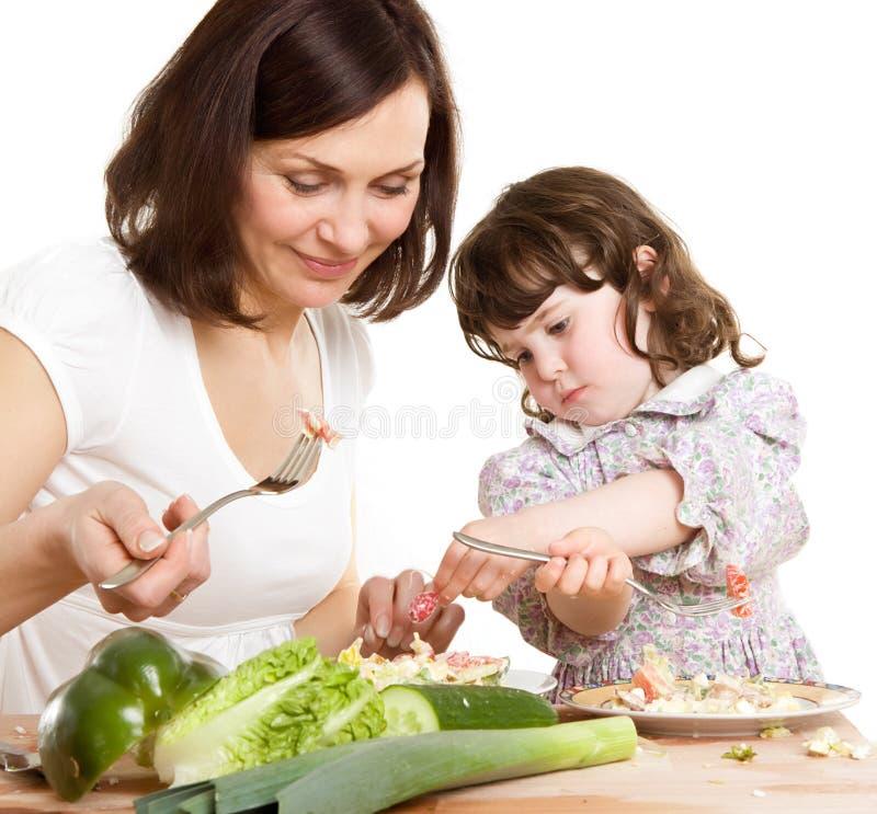 Madre e hija que cocinan en la cocina imagenes de archivo