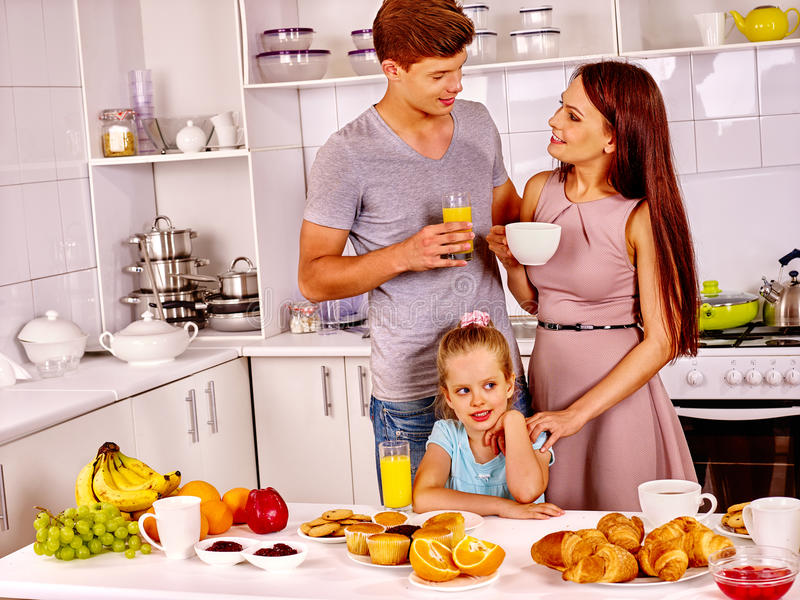Madre e hija que cocinan en la cocina imagen de archivo libre de regalías