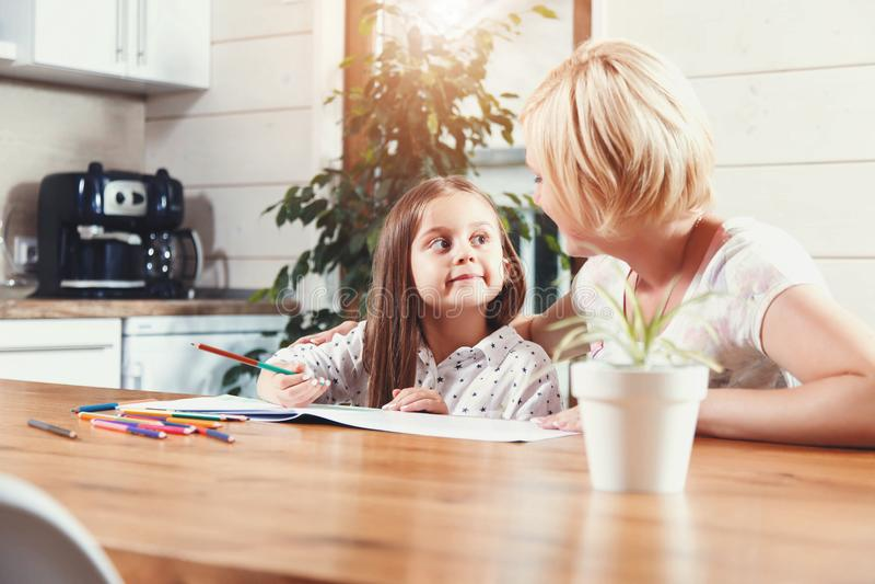 Madre e hija que dibujan Toogether fotos de archivo libres de regalías