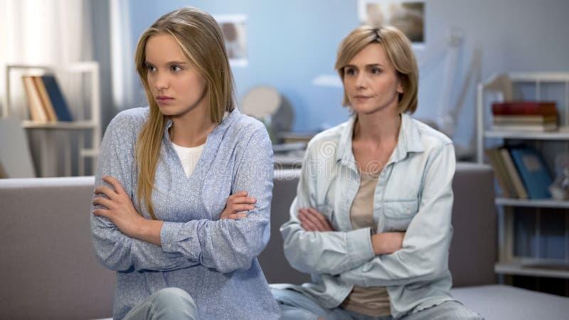 Madre e hija que discuten en casa, malentendido serio del conflicto en familia foto de archivo libre de regalías