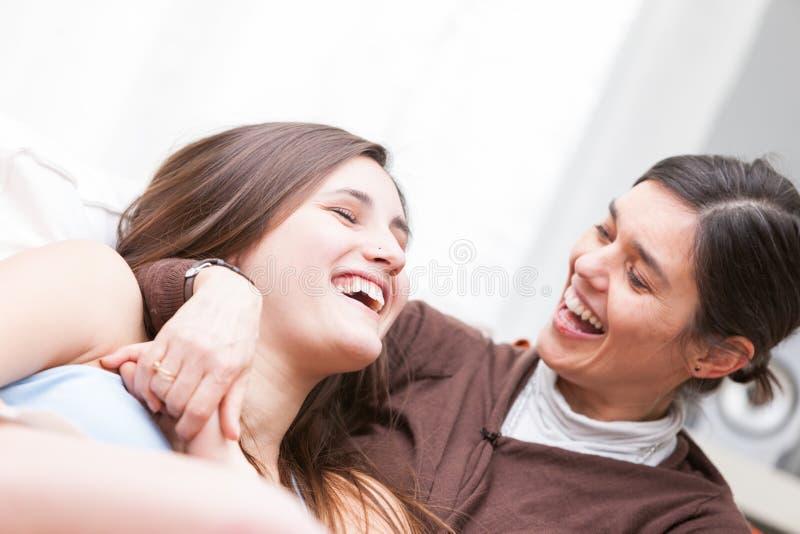 Madre e hija que disfrutan de una buena risa foto de archivo