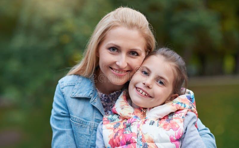 Madre e hija que disfrutan del día al aire libre imágenes de archivo libres de regalías