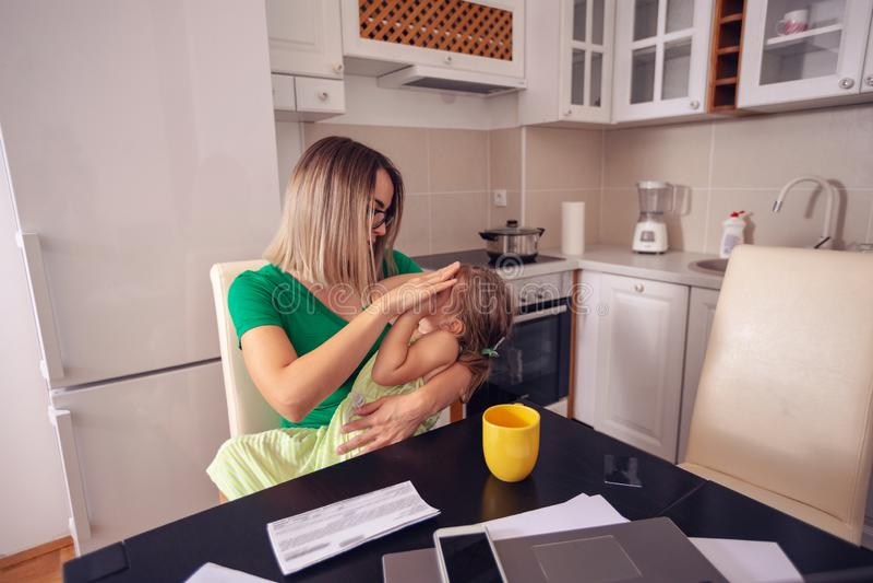 Madre e hija que gozan en casa, feliz, sonriendo fotos de archivo