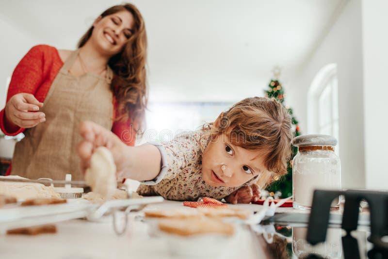 Madre e hija que hacen las galletas de la Navidad imágenes de archivo libres de regalías