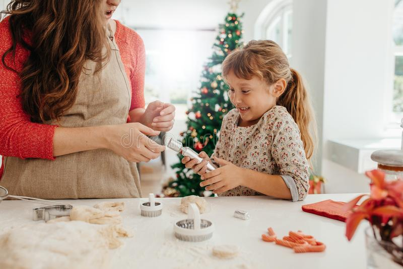 Madre e hija que hacen las galletas para la Navidad fotos de archivo libres de regalías