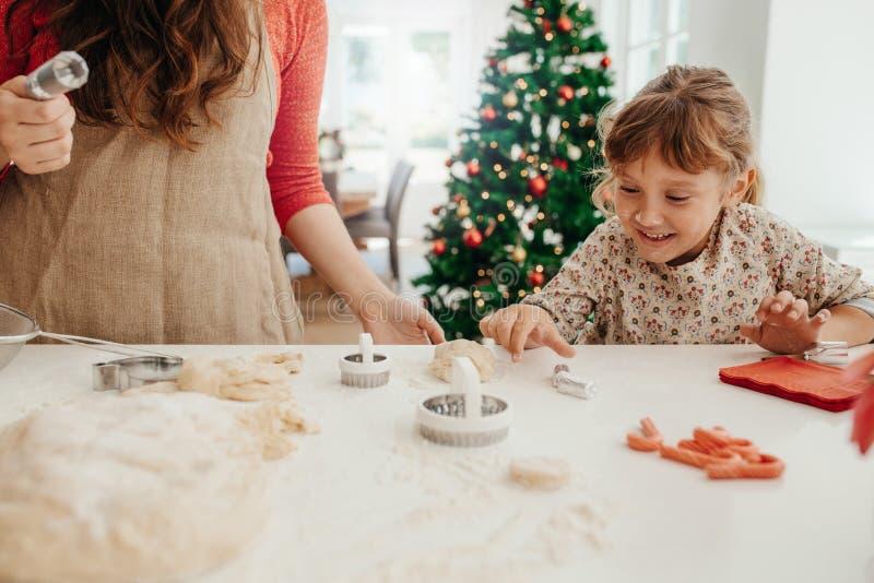 Madre e hija que hacen las galletas para la Navidad fotografía de archivo libre de regalías
