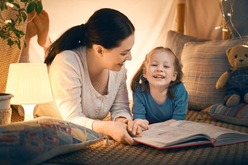 Madre e hija que juegan en tienda imagen de archivo
