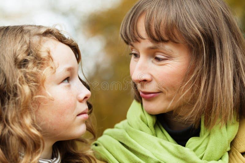 Madre e hija que miran uno a imagen de archivo libre de regalías