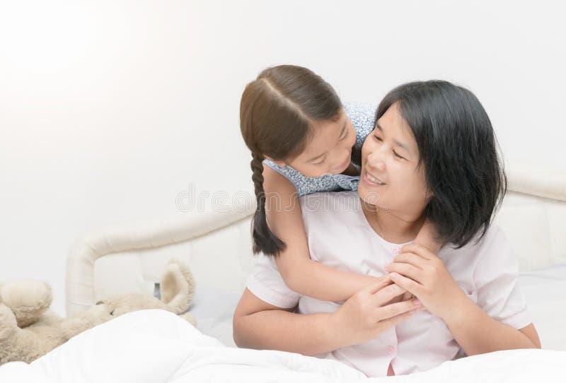 Madre e hija que miran uno a y la sonrisa foto de archivo libre de regalías