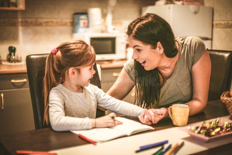 madre e hija que pasan el tiempo junto fotos de archivo libres de regalías
