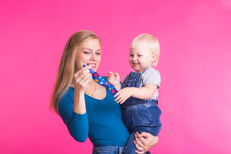 Madre e hija que se divierten aislada en fondo rosado fotografía de archivo libre de regalías