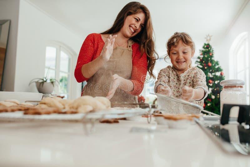 Madre e hija que se divierten mientras que hace las galletas de la Navidad imágenes de archivo libres de regalías