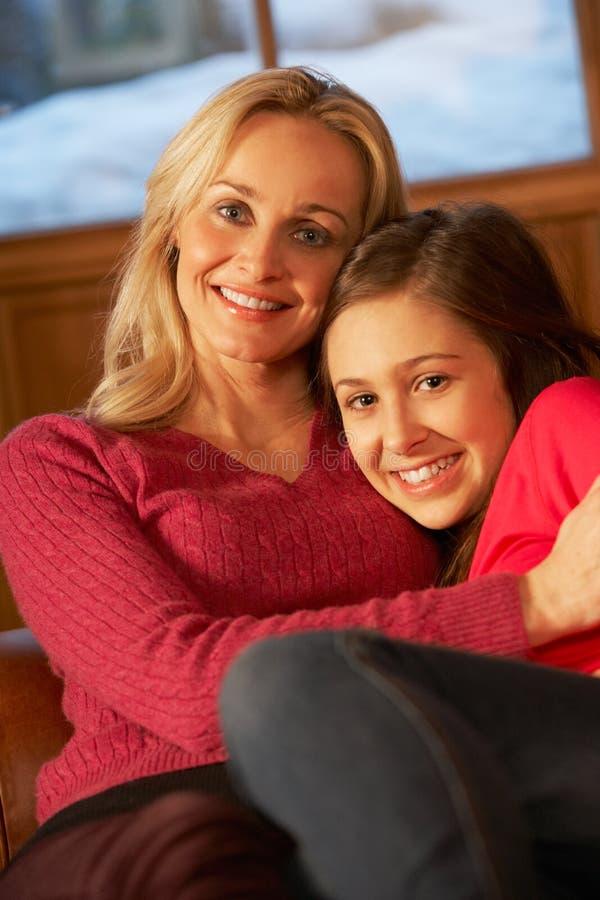 Madre e hija que se relajan en el sofá junto fotografía de archivo libre de regalías
