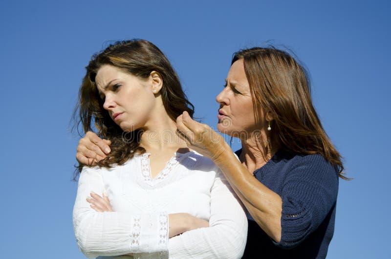 Madre e hija que tienen un conflicto o una discusión imágenes de archivo libres de regalías
