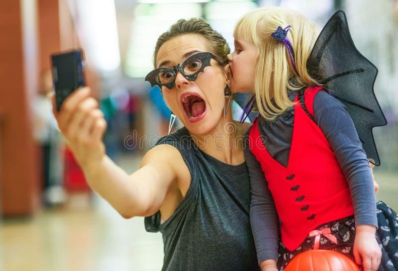 Madre e hija que toman el selfie asustadizo de Halloween en pho digital imágenes de archivo libres de regalías