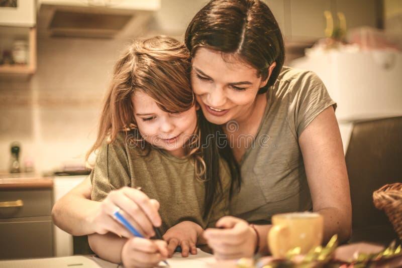 Madre e hija que unen Cierre para arriba foto de archivo libre de regalías