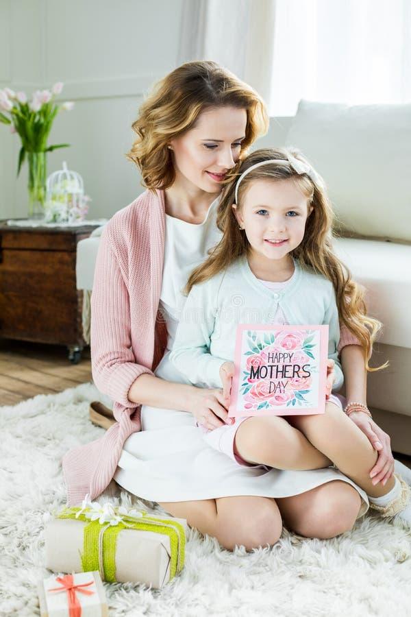 Madre e hija sonrientes el día de madres fotografía de archivo libre de regalías