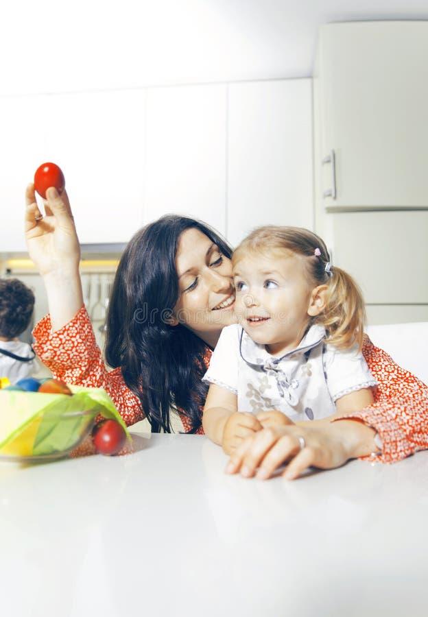 Madre e hija y huevo de Pascua del rojo fotos de archivo