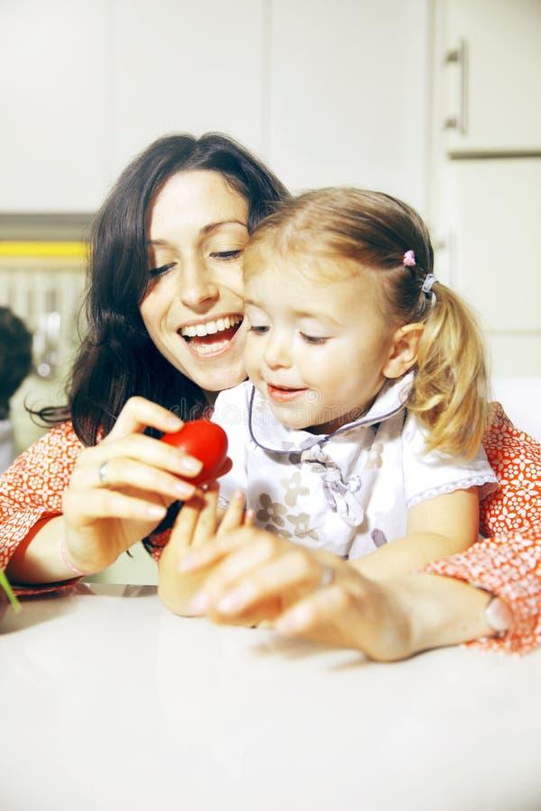 Madre e hija y huevo de Pascua del rojo foto de archivo