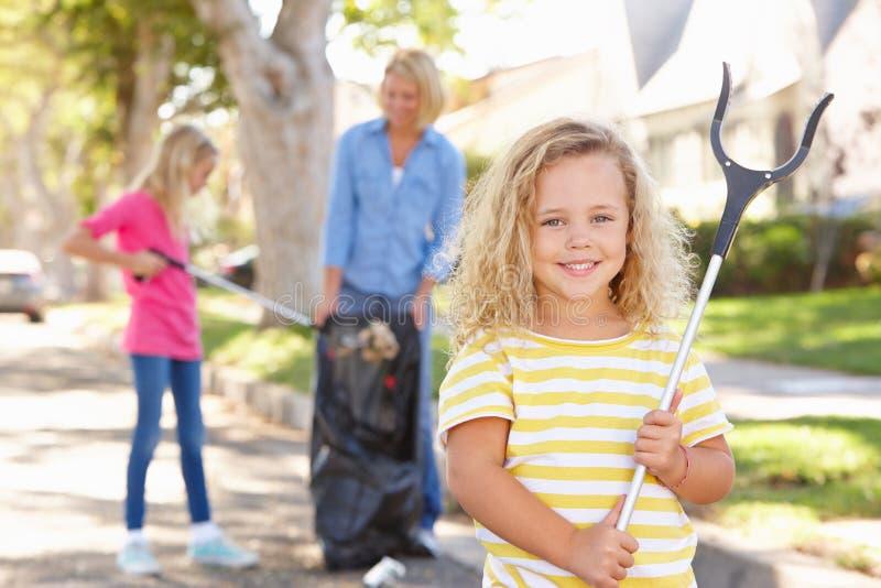 Madre e hijas que cogen la litera en calle suburbana imagen de archivo libre de regalías