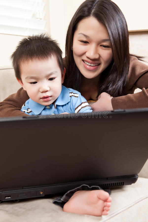Madre e hijo con la computadora portátil imágenes de archivo libres de regalías