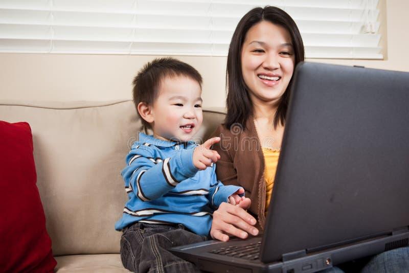Madre e hijo con la computadora portátil fotos de archivo libres de regalías