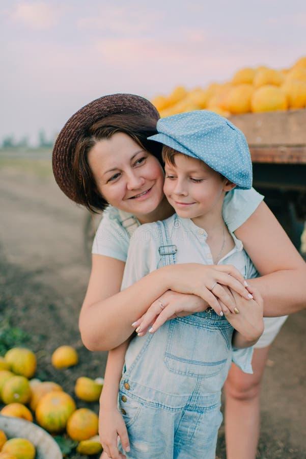Madre e hijo en el carro con los melones fotografía de archivo libre de regalías