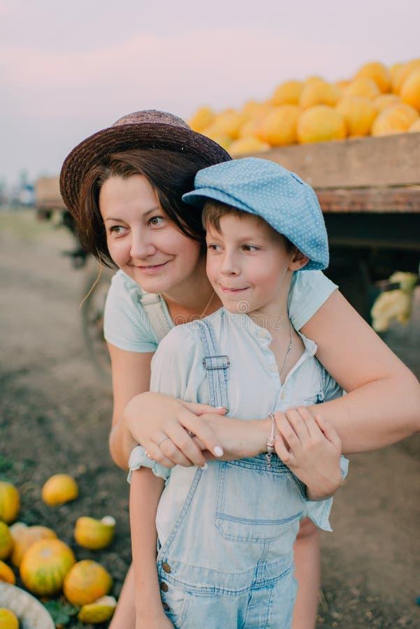 Madre e hijo en el carro con los melones imágenes de archivo libres de regalías