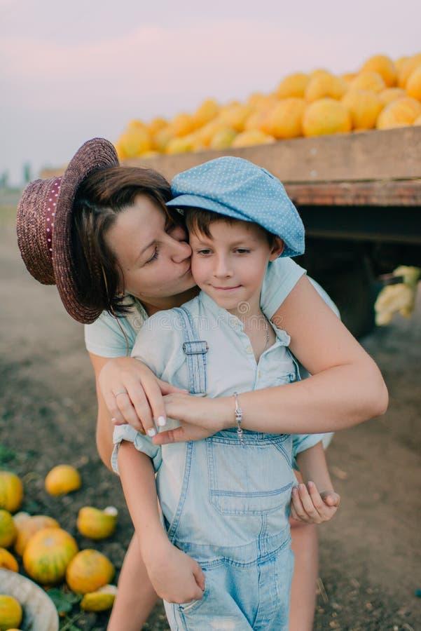 Madre e hijo en el carro con los melones imagen de archivo libre de regalías
