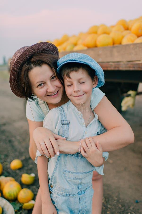 Madre e hijo en el carro con los melones fotos de archivo