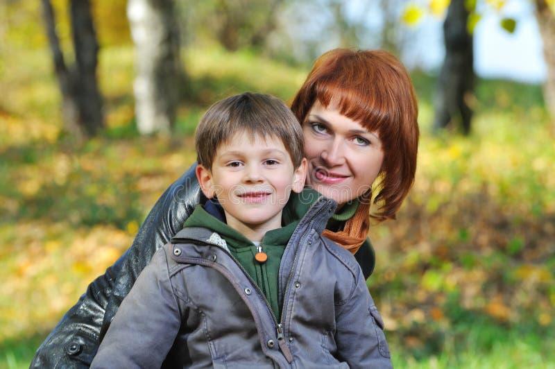 Madre e hijo en el parque imagen de archivo