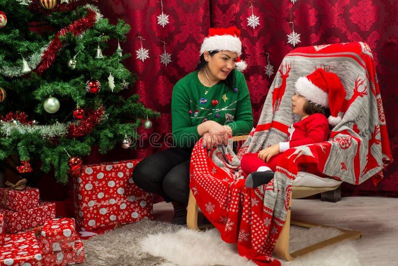 Madre e hijo en hablar de la ropa de la Navidad fotografía de archivo libre de regalías