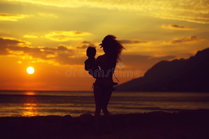 Madre e hijo en la playa fotografía de archivo