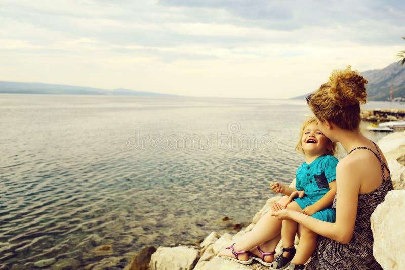 Madre e hijo en la playa fotografía de archivo libre de regalías