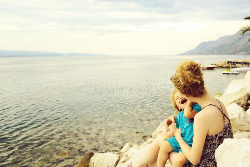 Madre e hijo en la playa fotos de archivo